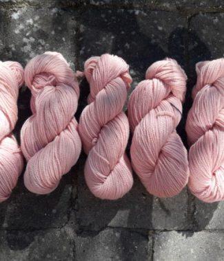 Rosa lammeuld farvet med cochenille