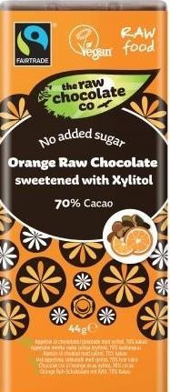 Ciocolata Neagra Raw cu Portocala fara Zahar 44g Doriti o ciocolata fara zahar? Iata ca se poate- fara zahar, cu un gust intens de ciocolata neagra cu note puternice de portocala. Noi folosim xylitol provenit din arborii de mesteacan. Xylitolul este un produs natural care se gaseste in concentratii mici in fibrele multor legume si fructe, iar in concentratii ceva mai mari in coceanul de porumb, in scoarta unor copaci, sau in cojile de nuci sau de alune. El a fost descoperit aproape simultan in Germania si Franta la sfarsitul secolului al XIX-lea, dar vreme de peste 60 de ani nu a avut nicio intrebuintare. Este un induclitor sanatos pentru organism, ideal pentru diabetici. Din punct de vedere gastronomic, principalul avantaj al Xylitolului, spre deosebire de alti indulcitori sintetici, este ca poate fifolosit la prepararea alimentelor(dulciurilor), inclusiv pentru indulcirea bauturilor reci sau calde, fara a le schimba gustul. Este importanta identificarea in piata a produselor ce contin Xylitol obtinut natural prin fermentatie (nu prin sinteza) si care sa nu provina din organisme modificate genetic, spre exemplu XyloSweet, produs 100% natural obtinut din porumb. Este important ca magazinele sa comercializeze numai astfel de produse naturale.