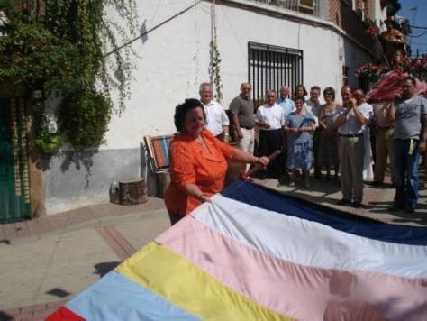 Echando la bandera en la procesión (Foto: Ana)