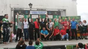 Los ganadores celebran su triunfo en la I Carrera