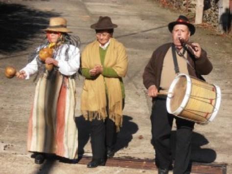 """La Chicharrona entra en el pueblo con una """"comadri"""" y un tamborilero"""