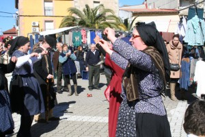 """Las """"Comádrih de Martilandrán"""" bailando en el mercado de ahigal"""