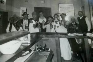 "Primer año en que el ""Carnaval Jurdanu"" se manifestó como tal.  Bar de Pablo Domínguez, en Vegas de Coria (Foto: F.B.G.)"