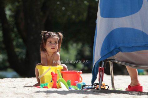 Niña en la piscina natural del Pilar en Navaconcejo