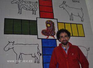 Jairo Jiménez con su obra.