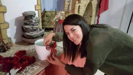 Marta, voluntaria en el Refugio, durante el montaje del nacimiento