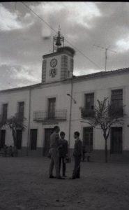Casa Consistorial en la plaza mayor de Santibáñez el Bajo, cuando ésta era de tierra y por ella correteaba el amigo Pedro (Foto: PULGAR)