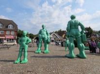 Gigantes verdes junto a la estación del tren