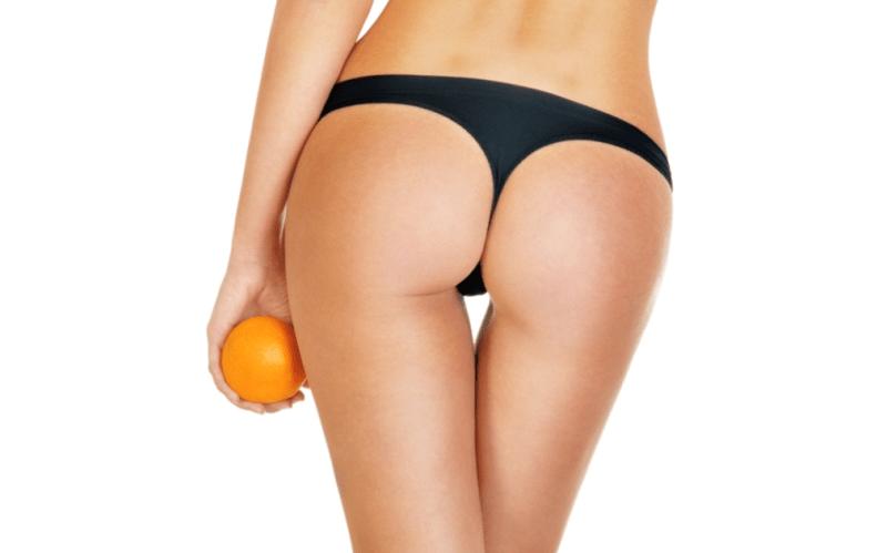 Девушка держит в руках апельсин