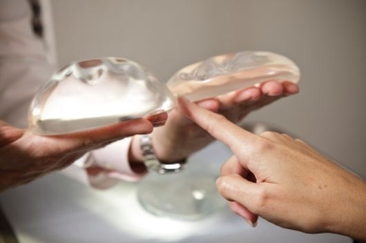 Нужно ли менять импланты молочных желез