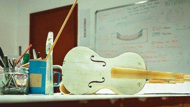Foto de Violinos de plástico são usados em Orquestra