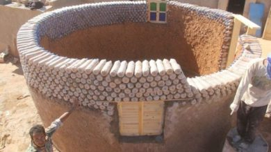 Foto de Refugiado constrói casas de garrafa PET resistentes ao deserto