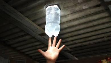 Foto de Garrafas de plástico que viram lâmpadas fornece iluminação a comunidades
