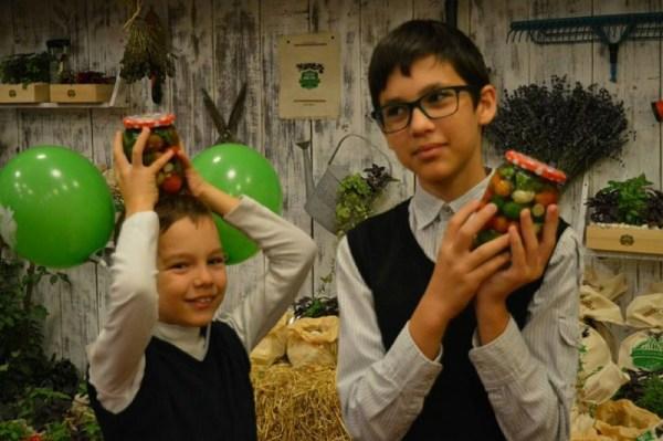 Verde Bun Iaşi şi copii care învaţă să pună murături