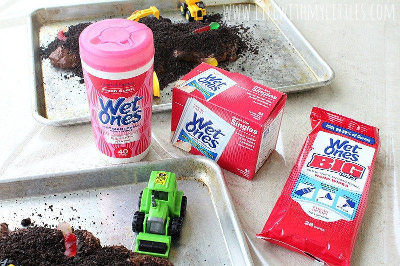 Let your kids have fun with this messy play activity! Edible mud for babies and toddlers. Super easy to make, and I love the construction theme!