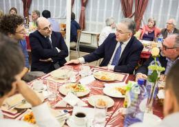 Moslims joden en christenen aan tafel in dialoog