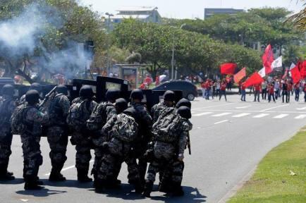 brazil-military-troops-attack-people-protesti-L-kI7djv