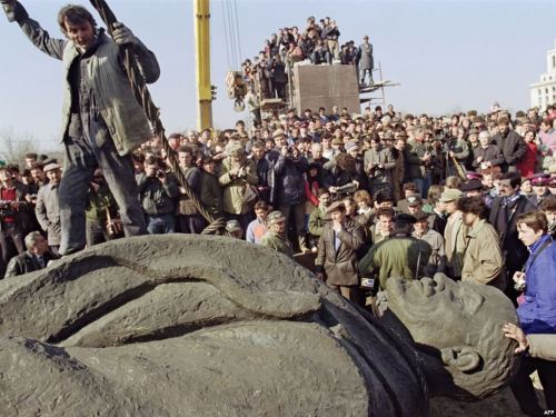 Crowd observes crew of workers tearing down Lenin statue. Bucharest, March 5th, 1990.