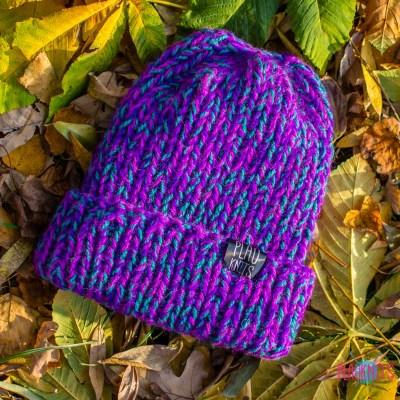 Фиолетово-бирюзово-малиновая вязаная шапка с подворотом Симпл