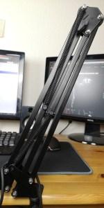 Der Mikrofonarm kann platzsparend zusammengeklappt werden.