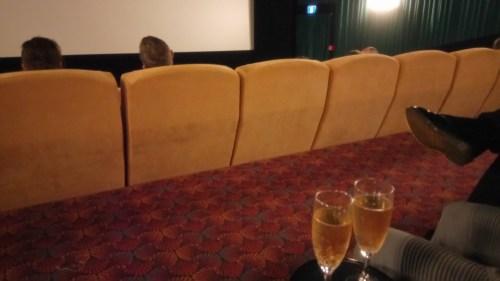 映画館にグラスワイン