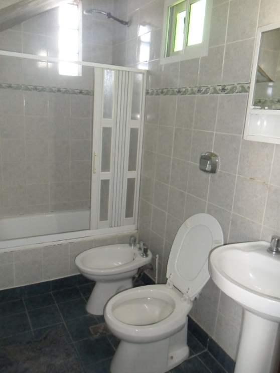 casa de dos pisos playas doradas baño