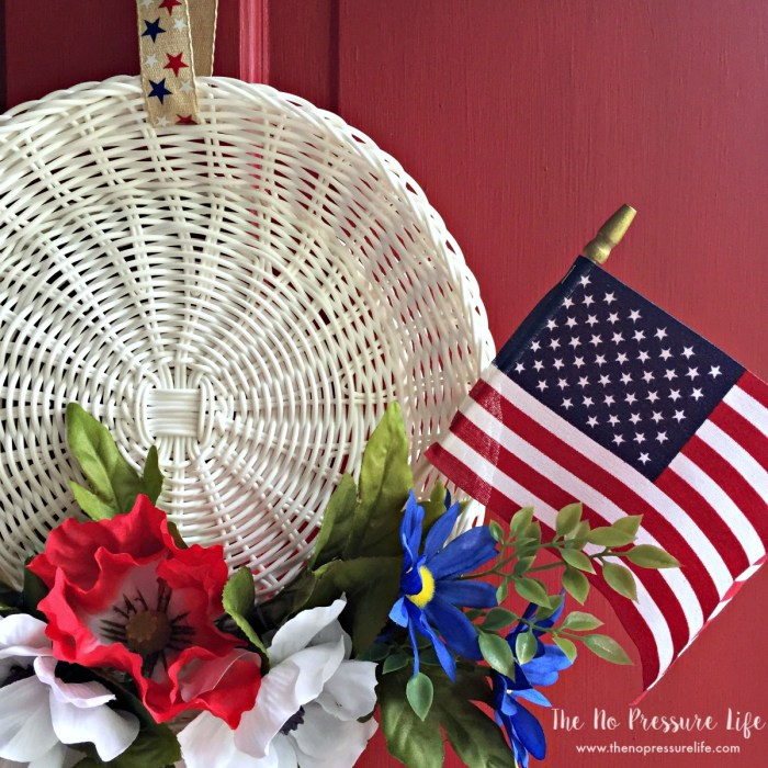 Don't waste time with complicated July 4th decorations. This ridiculously easy patriotic wreath is ready in 15 minutes with only a few supplies!