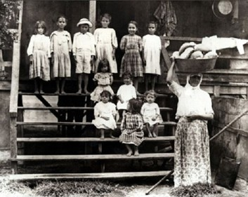http://upload.wikimedia.org/wikipedia/commons/3/36/Portuguese_immigrant_family_in_Hawaii_during_the_19th_century.jpg