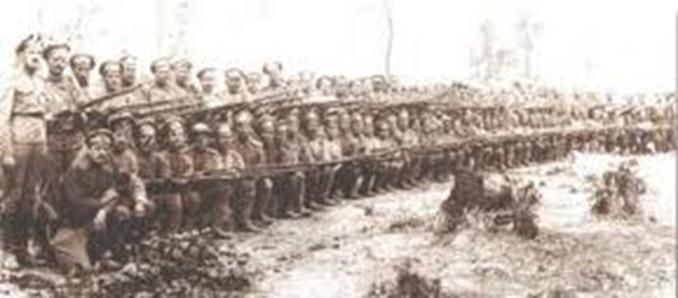 Ο πρώτος, όρθιος στη δεύτερη σειρά, ο Αβραάμ Αναστασιάδης στο ρωσικό στρατό.jpg