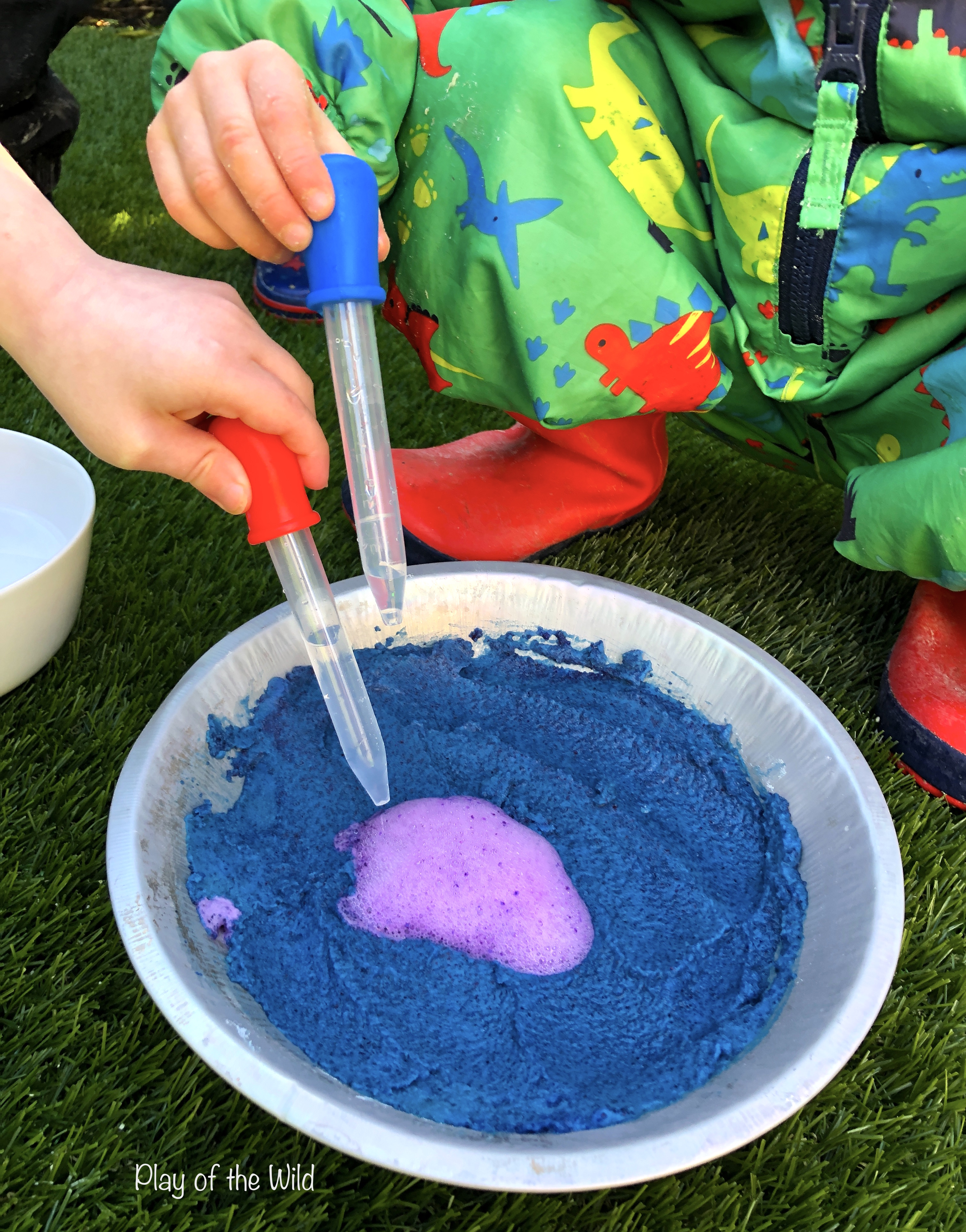 baking soda and vinegar science experiment. colourful ph experiment for kidst