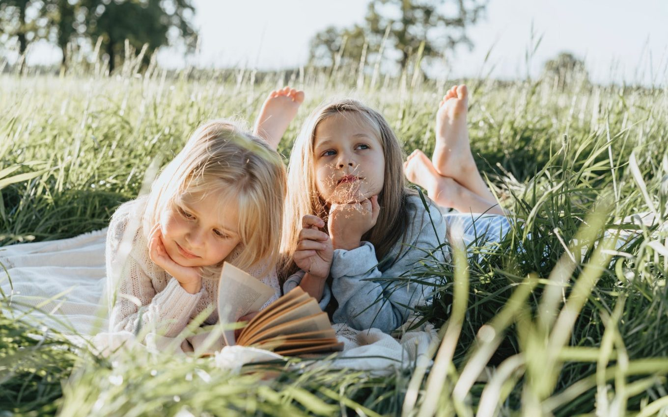 literacy outdoors.  Children reading outside.  OUtdoor story time.