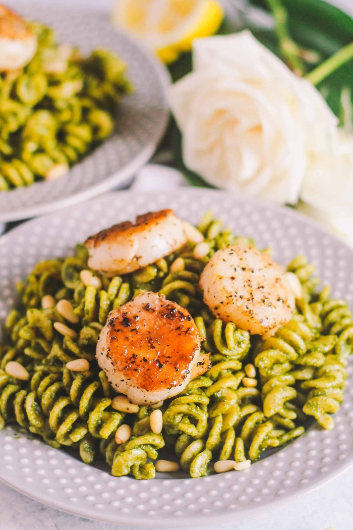 a kale pesto pasta perfect for springtime! al dente pasta tossed with homemade kale pesto & topped with perfectly seared sea scallops & toasted pine nuts. seriously easy to throw together, & elegant enough to serve for date night, girls' night, or any dinner party you have this spring! | pasta, italian food, pesto, scallops, italian recipe, seafood recipe, healthy |