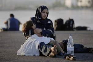 mujer refugiada con su hija en brazos