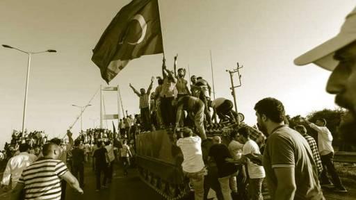 Ciudadanos subidos a un tanque