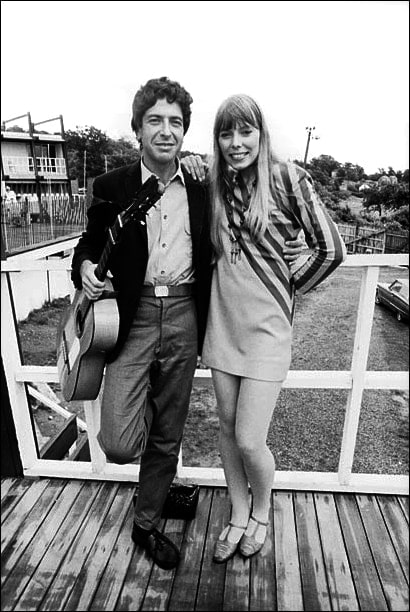 Leonard-Cohen-and-Joni-Mitchell-at-the-Newport-Folk-Festival-in-1967