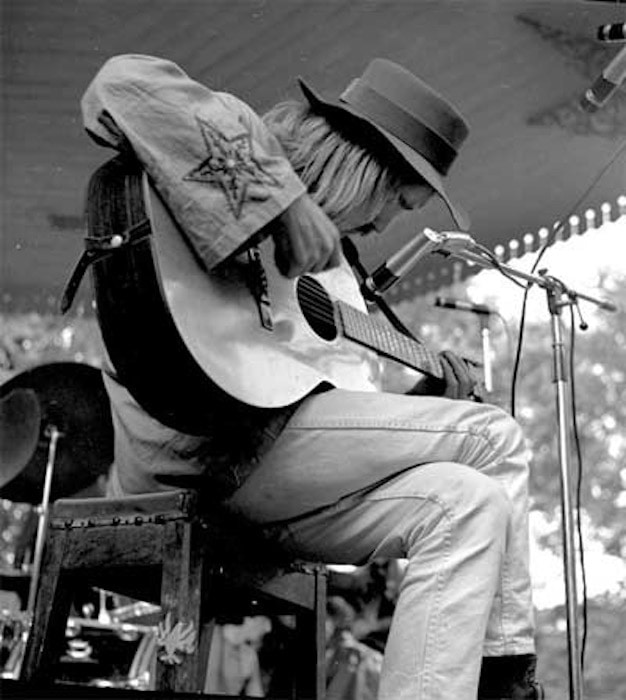 Roy Harper performing on a bandstand
