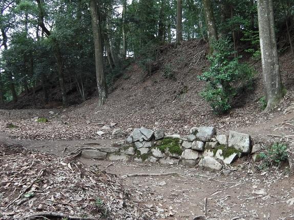 吉田郡山城跡の虎口の石垣