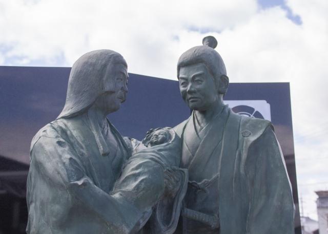 織田信秀と土田御前の銅像の写真