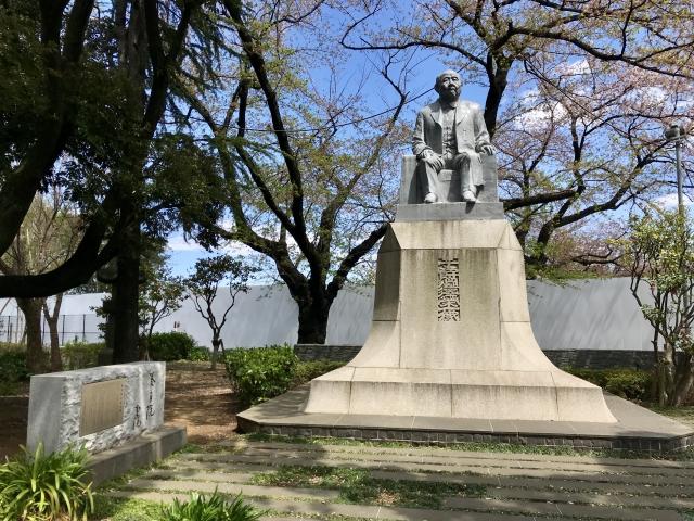 渋沢栄一の銅像の写真