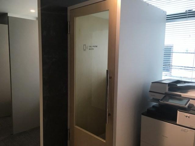 コワーキングスペースにある電話ブースの写真