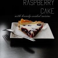 Sour cream&raspberry cake with brandy-soaked raisins/Aviečių ir grietinės pyragas su brendyje mirkytomis razinomis