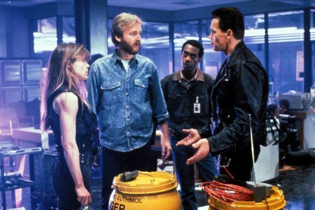 Linda Hamilton, el director James Cameron, Joe Morton y Arnold Schwarzenegger en el set de Terminator 2: Judgement Day (1991). Imagen: pinterest.com