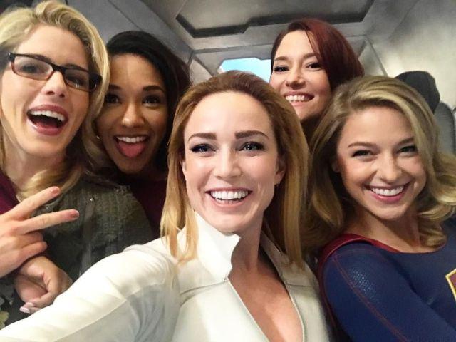 Emily Bett Rickards, Candice Patton, Caity Lotz, Chyler Leigh y Melissa Benoist posando para una selfie en el crossover Crisis on Earth-X (2017). Imagen: pinterest.com