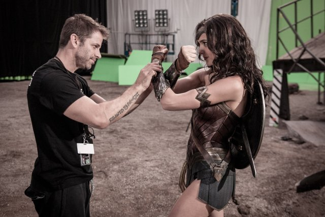 El director Zack Snyder y Gal Gadot como Wonder Woman en el set de Batman v Superman: Dawn of Justice (2016). Imagen: Clay Enos Twitter (@ClayEnos).