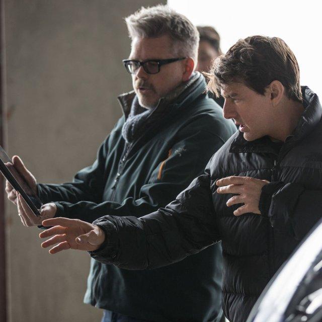 El director/guionista Chris McQuarrie y Tom Cruise como Ethan Hunt en el set de Mission: Impossible – Fallout (2018). Imagen: Tom Cruise Twitter (@TomCruise).