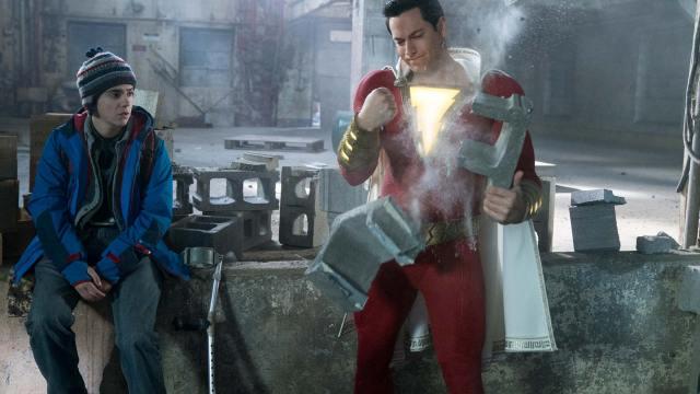 Shazam (Zachary Levi) le prueba su fuerza a Freddy Freeman (Jack Dylan Grazer) en Shazam! (2019). Imagen: dccomics.com