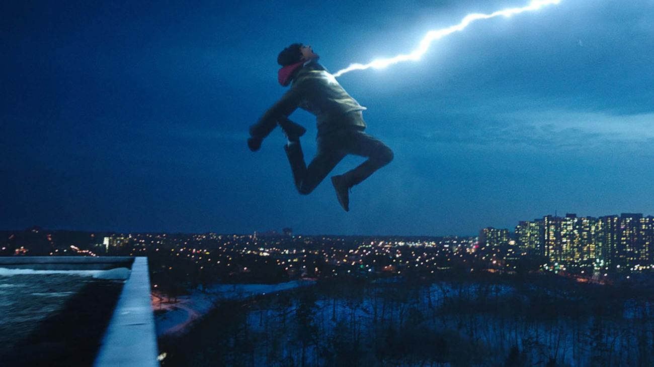 La transformación de Billy Batson (Asher Angel) al decir la palabra mágica en Shazam! (2019). Imagen: dccomics.com