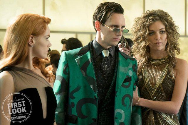 Erin Richards, Cory Michael Smith y Lili Simmons en el episodio final de Gotham. Imagen: FOX/Entertainment Weekly