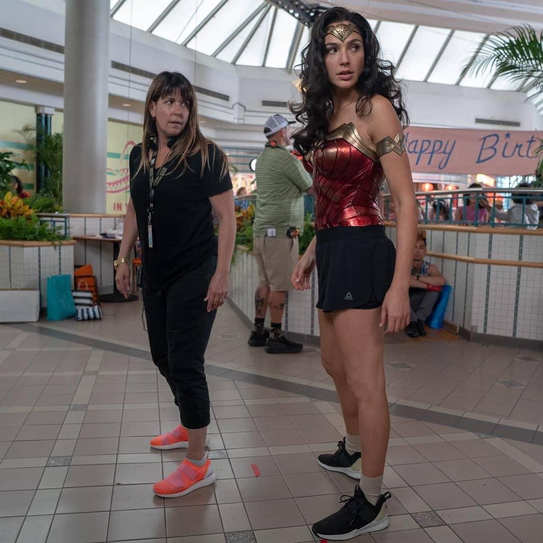 La directora Patty Jenkins y Gal Gadot en el set de Wonder Woman 1984 (2020). Imagen: Cosmic Book News
