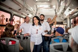 Elvira Luna promete bajarle la tarifa al transporte público
